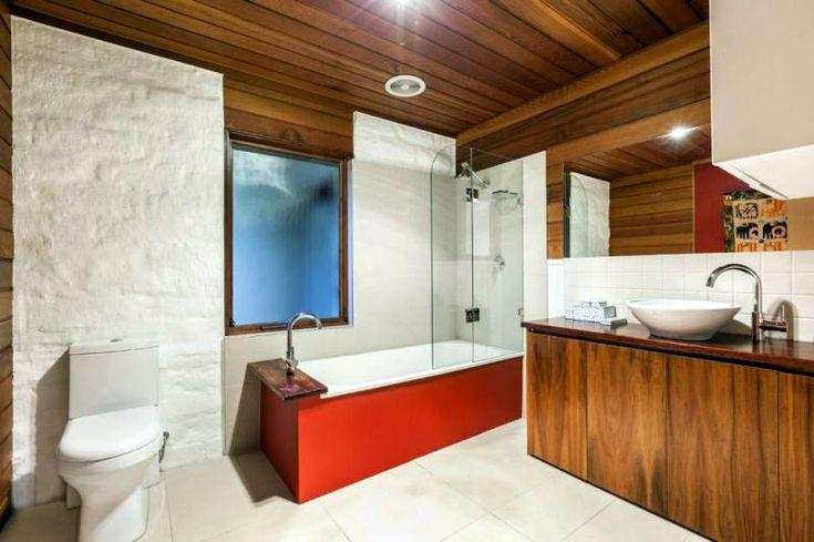 อ่างอาบน้ำสีแดง