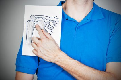 L'épaule  Beaucoup moins fréquente que pour les genoux, la hanche, les mains ou le rachis, l'arthrose de l'épaule, ou omarthrose est soit secondaire à une rupture de la coiffe des rotateurs (tendons recouvrant l'épaule), soit primitive.   Plus fréquente chez la femme, elle n'est pas exceptionnelle après 60 ans. L'atteinte peut porter sur les deux épaules, mais l'évolution et la gravité peuvent être différentes.
