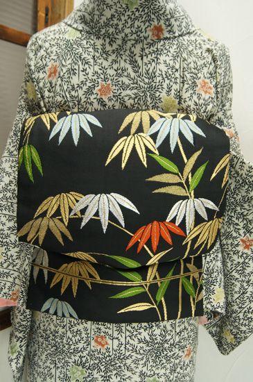 洗朱、白藍、若草色などの和の色合いと、品の良い金で織り出された笹の葉模様が粋な大正浪漫・昭和レトロな名古屋帯です。