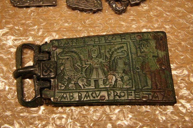 Plaque-boucle reliquaire : Daniel dans la fosse aux lions prvenant de  Franche-Comté, en bronze, Vi-VIIe siècle  (C) MAN / P. Fallou