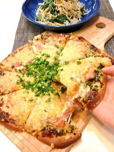 春菊のパスタに合わせて、和風ピザを作ってみました。 マヨネーズ、醤油、七味唐辛子、ピザチーズ、ベーコン、ネギ!ネギ!ネギ!そう、このチーズの下はネギだくなんです。 クックパッドで見つけました。 ピザレシピNo.241932 ピザ生地レシピNo.1152204 生地は発酵しなくていいとは書いてありますが、私は生地を広げてから30分程度、室温に置いて準備しました。(*^^*) - 212件のもぐもぐ - 生地から手作り!和風ネギマヨピザ by かず