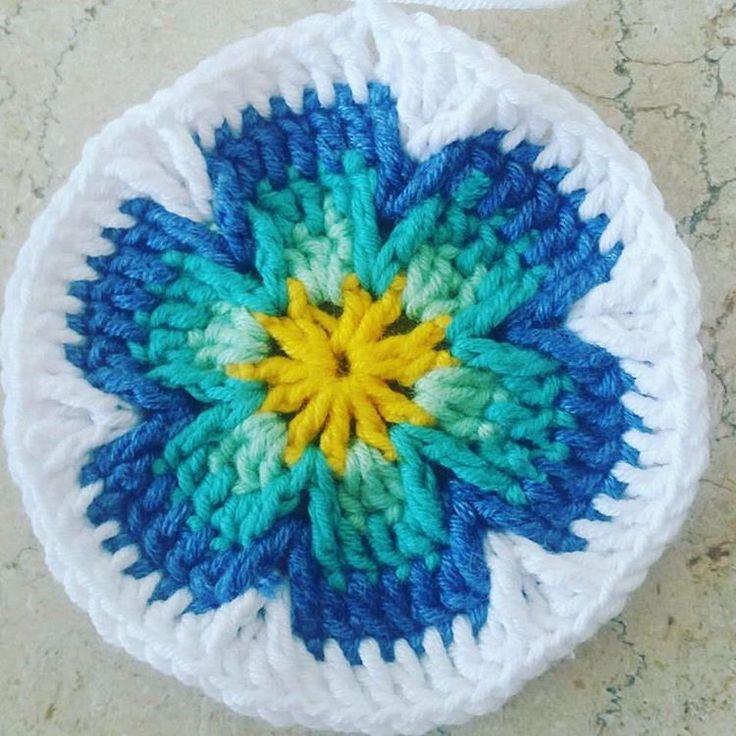 Yenilik varmis dediler  bizde motivlerden kolaj ettik😊 . . . #elisi #toxumaq #iplik #orgu #handmade #yarn #yarnaddict #crochet #crossstitch #crochethook #motif #orgumodelleri #örgümüseviyorum #tigisi #handmadelove  #knitting #knittinglove #dizbattaniyesi #koltuksali #bebekbattaniyesi #battaniye #adyal #kirlent #yastiq #вязаниекрючком #вяжутнетолькобабушки #вязание #мотив