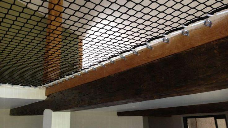 La technique de fixation et le matériel utilisé sont les même que pour les filets de catamarans ou de trimarans.