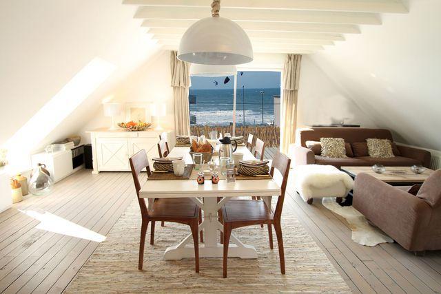 Salle à manger blanche nature et lumineuse avec vue mer