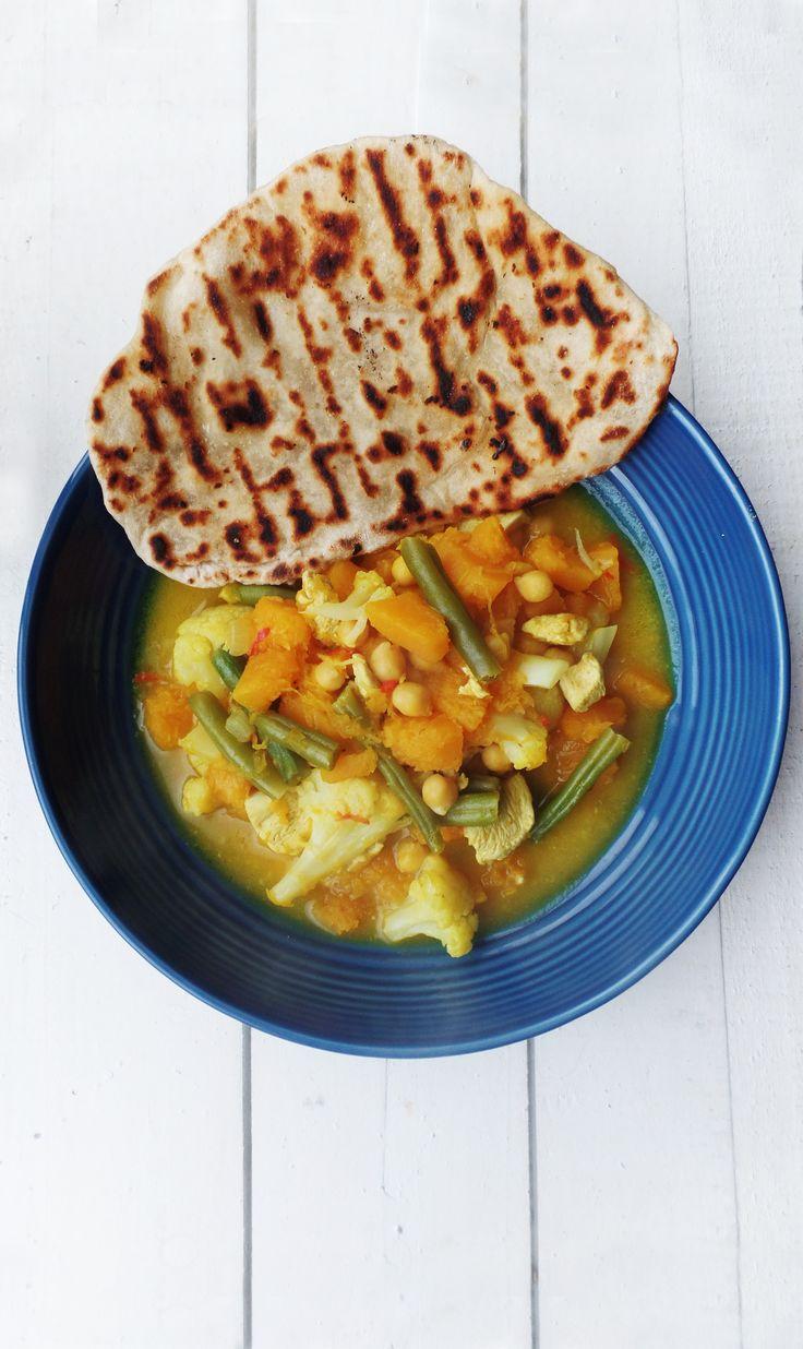 Heerlijke pompoencurry met bloemkool, kikkererwten, sperziebonen, kip en zelfgemaakt naanbrood. Super easy comfort food!