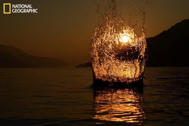 L'eau et le feu en pleine nuit.