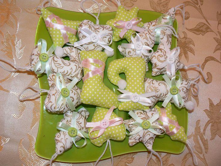 V zlato bielučkej kombinácii + krásna jemno zelená z bielymi botkami ozdobené pastelovou ružovou a zelenou stuhou + gombičkami sada 15 kusov cena je za ks. Ľahučké, plnené dutým vlákonom, šup s nimi na stromček vianočný :) 3x srdiečko, 5 x stromček 2 typy , 4 x topánočka 2 typy, 3 x hviezdičky, dá sa objednať aj osobitne, len hviezdičky, topánočky, stromčeky, srdiečka... Veľkosť: 5,5 - 8 cm