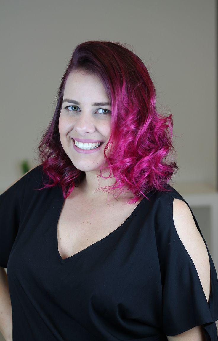 Tutorial em vídeo de como pintar o cabelo de rosa em casa sozinha, muito fácil!!!! Dicas de como fixar mais a cor nos cabelos. Usei para colorir os cabelos a tinta sem amônia Urban Purple da linha Hard Colors da Keraton. Cabelo pink lindo. Cabelo rosa perfeito. Cabelo colorido. Inspiração. Como pintar o cabelo de colorido sozinha.  Olhos verdes e batom nude rosado e delineado gatinho   com blusinha preta.