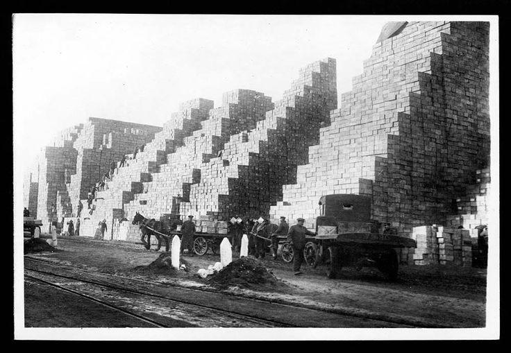 Totální zkáza a zmar, ale i velmi dojemné a lidské momenty. 11. listopadu 1918 skončila 1. světová válka. A takto ji viděl královský fotograf.