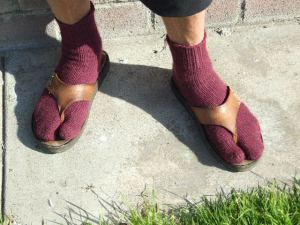 Japanese tabi split toe socks. Great for flipflops & sandals! Free pattern; toe up magic loop method.