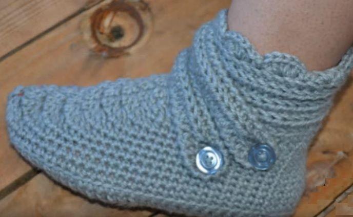 Botinha Em Crochê Para Adulto feita com facilidade e com pouco material e que poderá esquentar seus pés em casa com muita elegância.