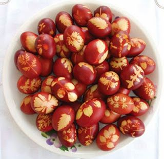 Βάψιμο πασχαλινών αυγών με κρεμμυδόφυλλα