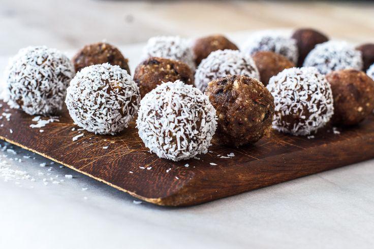 Deze dadelballetjes zijn zó lekker en ook nog eens supergezond! Hier vind je drie verschillende soorten met hazel- en pecannoten, kokos, cacao en cacaonibs.