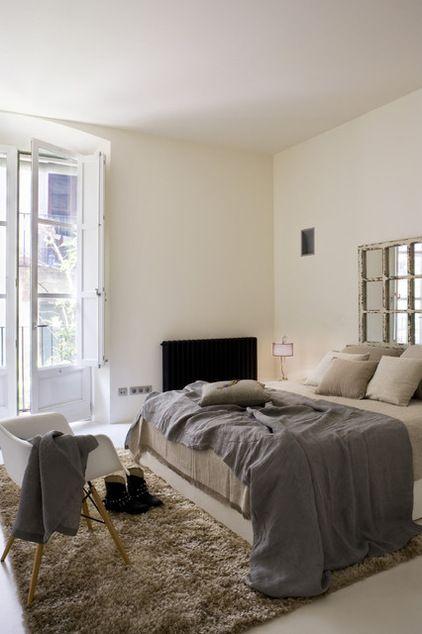 Voici une tête de lit qui donne l'effet d'une fenêtre réfléchissant la lumière du dehors. Conçue à carreaux sur fond de miroir, elle répond au design des portes françaises et ajoute à la chambre un point focal intéressant. Contemporary Bedroom by YLAB Arquitectos (Houzz)