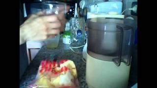 Gelato all'ananas senza zucchero, senza latte e senza gelatiera!!! (104 kcal per 200g di gelato), via YouTube.