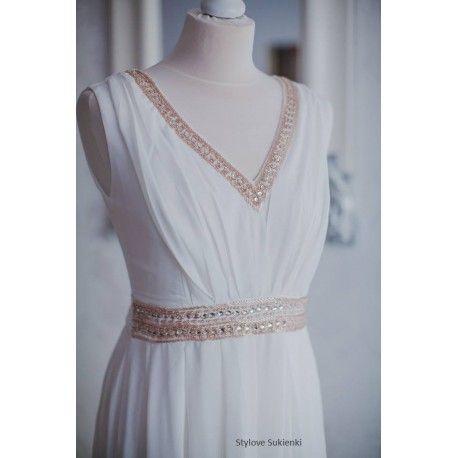 Biała długa sukienka ślubna ze złotą ozdobną talią i dekoltem V