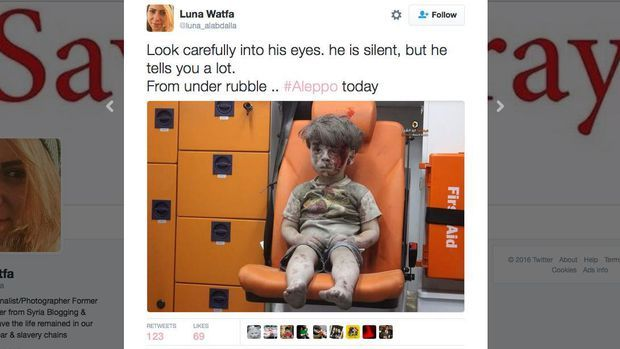 Simpati Mengalir Deras untuk Bocah Suriah Korban Bom Rezim Assad dan Rusia  JAKARTA (Panjimas.com) Bocah itu terdiam raut wajahnya datar namun kengerian jelas terlihat dari kondisinya. Seluruh tubuhnya diselimuti debu kepalanya terluka dengan darah yang mengucur ke pipi bocah itu duduk di dalam ambulans sesaat setelah serangan udara menghantam rumahnya di Aleppo Suriah.  Bocah yang diidentifikasi bernama Omran Daqneesh 5 itu benar-benar tanpa ekspresi. Pun saat dia mengelap darah di…