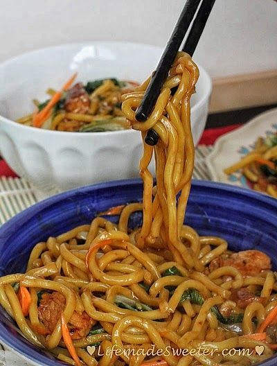 Slow cooker / Crockpot Chicken Lo Mein Noodles makes the perfect easy weeknight…