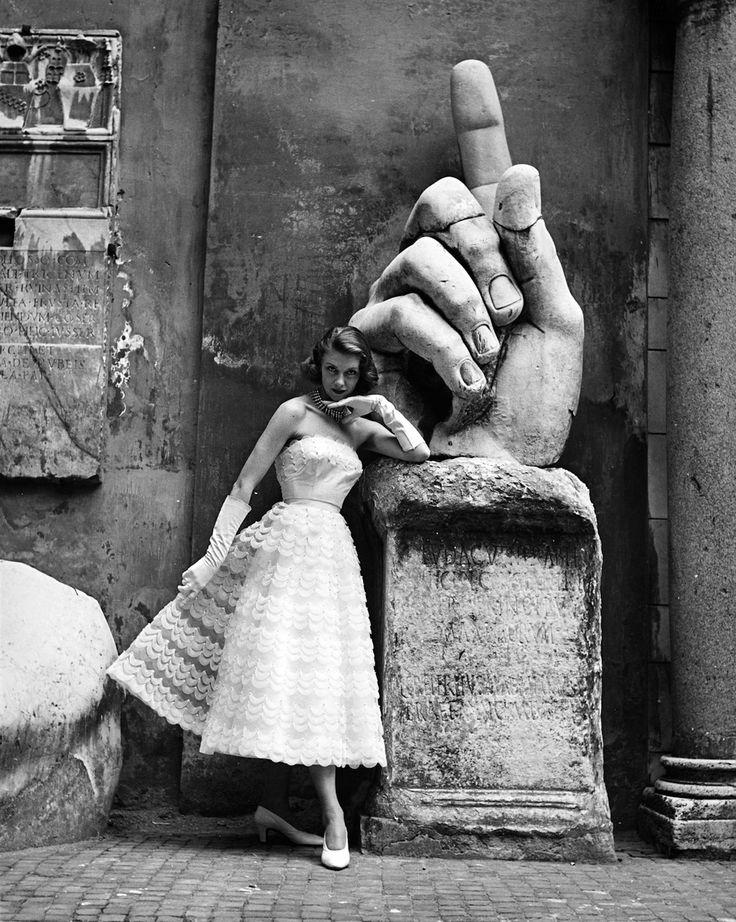 Roma,  Musei Capitolini, outfit : Sorelle Fontana (pubblicata sulla rivista La Donna) Foto di Regina Relang, 1952 ♠ . Courtesy Münchner Stadtmuseum, Sammlung Fotografie, Archiv Relang.