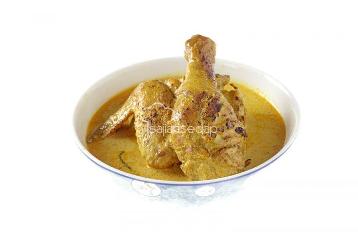 Resep Ayam Lodho Bakar ini memang pas disajikan sebagai menu makan siang. Disebut ayam bakar karena ayamnya dibakar dulu sebelum dicampurkan dengan bumbu yang gurih.