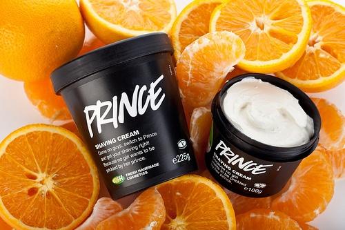 Prince (Rasiercreme): Der aufheiternde Duft dieser leichten Rasiercreme kommt von tonisierenden Ölen wie Mandarine und Neroli, welche gleich mal Müdigkeit und Abgeschlagenheit an den Kragen gehen.