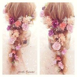 印象をがらりと変えてくれるヘッドドレス。大人可愛くおしゃれな花嫁姿を演出してくれます。クシュクシュとした質感が可愛い紫陽花をたっぷりとほどこした、紫のグラデーションが大人可愛いヘッドパーツセット。プリザーブドフラワーのかすみ草を入れることでふんわり優しい雰囲気を作り出します。紫陽花・かすみ草・実モノ合わせて15点setなのでボリュームあるヘアアレンジが可能です。お花はIピン仕上げでパーツ別になっていますのでお好きな場所にピンポイントで着けることができ、髪の毛を下ろして花冠風やアップにして両サイドに…など自由にアレンジが可能です♪高品質のアーティシャルフラワー・プリザーブドフラワーを使用しているので前撮りにも、当日にもお使いいただけます。**オリジナルギフトBOXに入れてお届け致します**おしゃれなギフトBOXなので、結婚お祝いのプレゼントにもピッタリです。(BOX画像の中身はサンプルです)内 容…