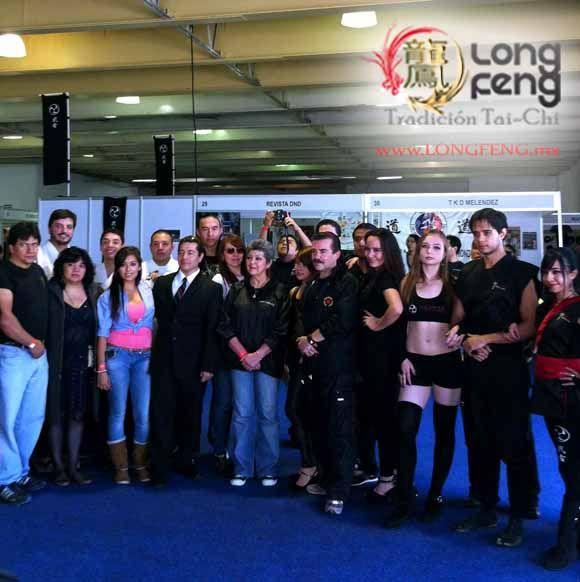 Este 20 y 21 de Julio participamos por primera vez en Expo Artes Marciales, estuvimos en el Stand 11 informando los beneficios del Tai Chi y Chi Kung, dando detalles acerca de las diversas clases que impartimos y claro, no podía faltar, pequeñas sesiones de masaje; con la ayuda de nuestros alumnos pudimos llevar a cabo las presentaciones de Chi Kung y Tai Chi Chuan en su forma marcial, la cual regularmente no se muestra, para seguir leyendo haz click en: http://longfeng.mx/expoartesresumen/