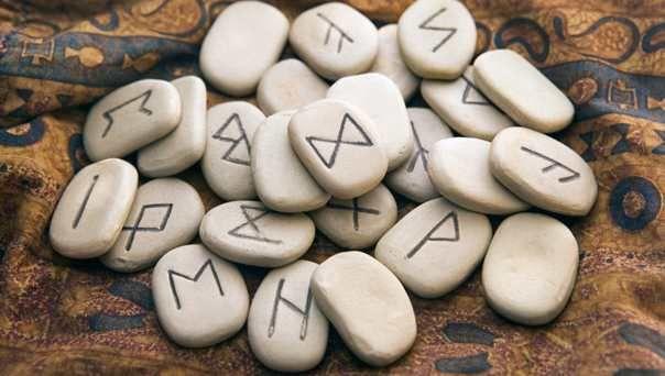 Las runas vikingas utilizadas como método de adivinación representan los caracteres del más antiguo alfabeto que se ha conocido hasta hoy. ¿Qué significan?