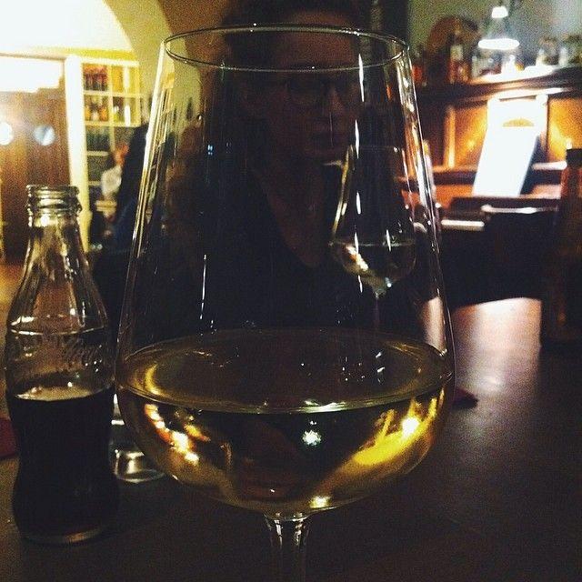 «Pensi davvero che sia una buona idea  stare seduti in un bar fino alle nove di sera,  bere un altro bianco Sarti, guardando la gente,  discutere di ferie a lavoro, fare finta di niente.» (Lei, Lui, Firenze - Brunori SAS)