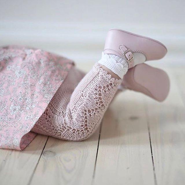 Se de beina da @panda_mr gjør det igjen - mixer strikk og liberty helt perfekt. Både blusen og ankelsokkene finner du hos oss;) #petito_no Link i profil