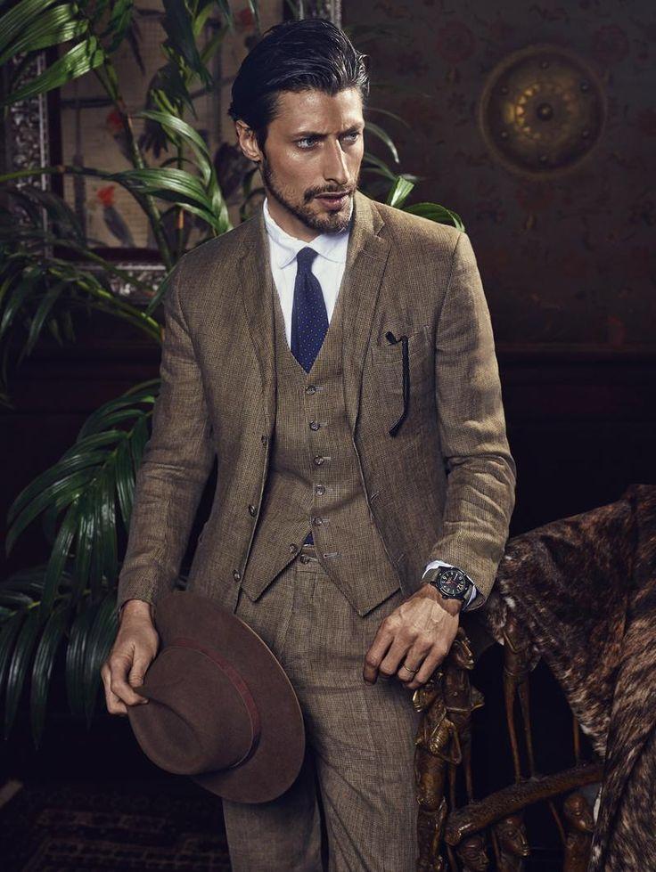 Czujecie się trochę jak Indiana Jones? Modela ubrano w jednolity garnitur z tak rzadko spotykaną kamizelką, po czym uzupełniono to o dwa kluczowe dodatki: masywny zegarek oraz kapelusz. Ta druga ozdoba jest w Europie niemal zapomniana i bardziej kojarzy się nam rzeczywiście wyłącznie z filmami a także Afryką, gdzie pomagały one w walce z ciężkimi upałami. Taki klasyczny styl, który pozwala nam zajrzeć w przeszłość, nadal jest ceniony pośród niektórych gentlemanów. #moda #styl ##męski…