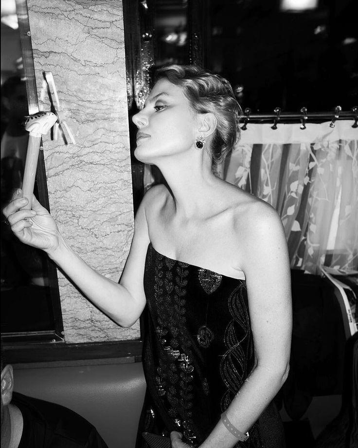 """11.8 тыс. отметок «Нравится», 37 комментариев — Renata (@renatalitvinovaofficiall) в Instagram: «В Париже  с личным """"ветродуем"""" #lesisro  фото @germanlarkin  #renatalitvinova»"""