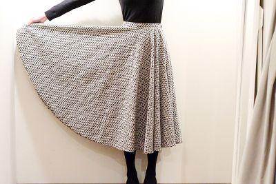今期流行になっているデザインの一つにサーキュラースカートがあります。 サーキュラーとは「円形の」という意味であり、裾を広げるとほぼ正円になるスカートのことです。 サーキュラースカートの作り方って意外とシンプルなんですよ。ご参考に作り方をまとめました。