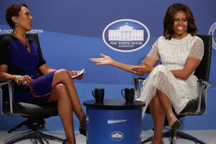 Pin for Later: Reist mit den besten Fotos der Woche um die Welt Dynamisches Duo Michelle Obama setzte sich zu GMAs Robin Roberts während einer Versammlung zu Familie und Arbeit im Weißen Haus in Washington DC.
