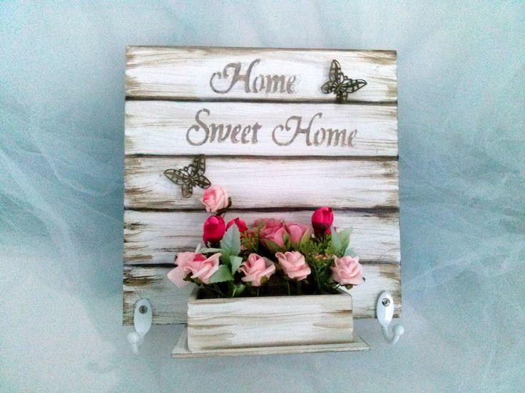 Quadro porta chaves-Home Sweet Home com floreira com detalhes em stencil ,madeira ,flores Medidas: 25 x 25 x 5 cm Peça única
