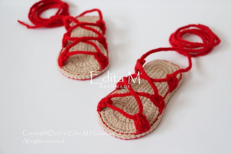 Gehaakte baby sandalen. Gemaakt van acryl garen. Grootte: 6-9 maanden. Lengte: ca. 11,5 cm. - 4 1/2 inch  Handwas in koud water.  Je kunt me vinden op Facebook: https://www.facebook.com/EditaMHandmade/  Als u vragen hebt, neem contact met mij op. Dank u voor uw bezoek.