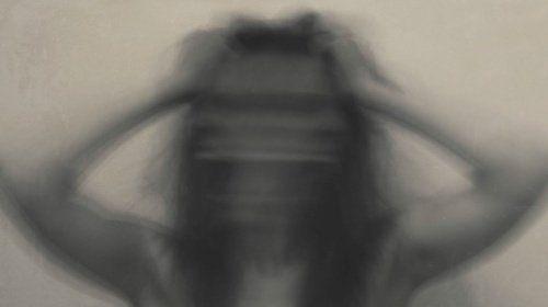 Mujer borrosa simbolizando un ataque de ansiedad