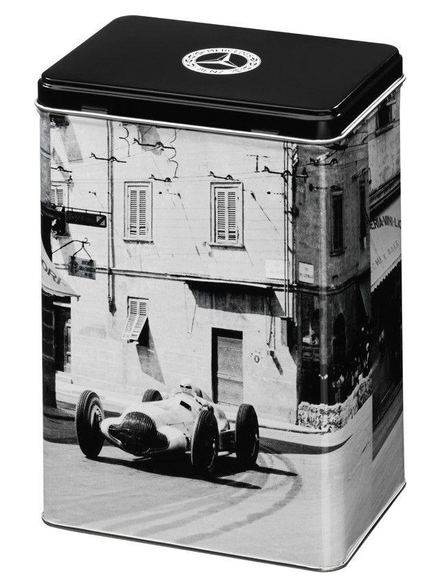 Barattolo, nero/bianco, lamiera, motivo in bianco e nero della Freccia d'Argento W154 del 1938, per conservare tè, caffè, erbe, biscotti ecc. Logo Classic stampato sul coperchio e sul fondo del barattolo, capienza circa 2,3 litri, dimensioni: 19,5 x 14 x 10 cm.