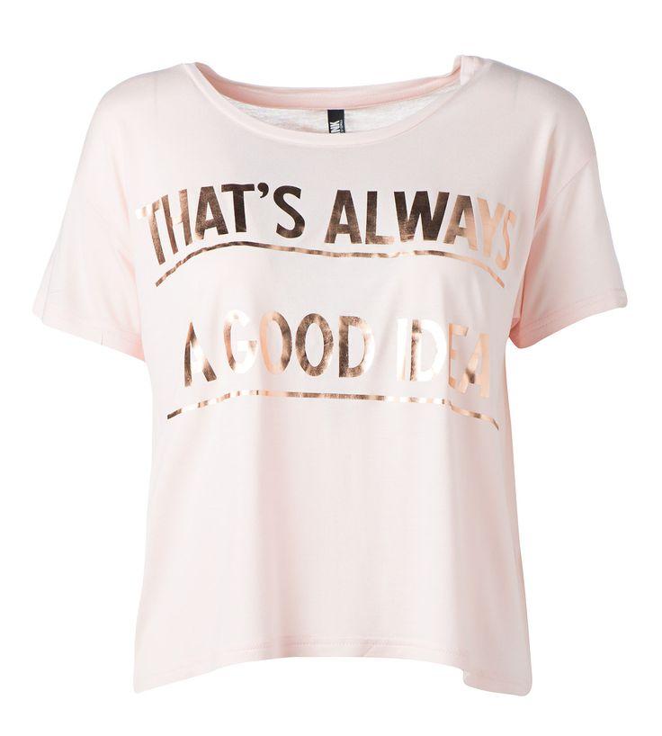 Tekstejä näkyy nyt paljon paidoissa. Metallinhohto varastaa katseet. 14,95€