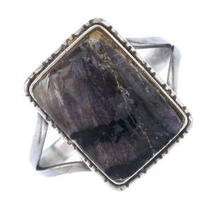 LOT:85B | A Blue John-mounted white metal ring
