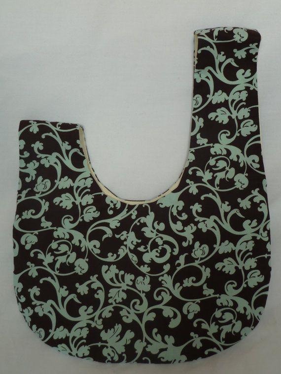Questa borsa knot ha un design molto intelligente. La cinghia più lunga scivola attraverso unapertura presso il cinturino corto opposto. La foto di illustra questo dove lapertura è tenuto aperto da un pin. La borsa si chiude e tutte le vostra appartenenza sono tranquillamente nascosto allinterno. Questa borsa knot dimensioni è adatto da indossare intorno al polso o come un sacchetto in un sacchetto. È possibile inserire alcuni elementi essenziali in essa per il bambino o per te stesso. Esso…