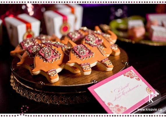 Les biscuits éléphants, symbole de la famille et de la sagesse apportant aux jeunes mariés la bénédiction   Table de douceurs pour un mariage indien   Bienvenue en Inde   via Kréavie
