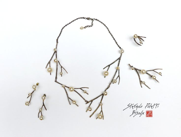 """Collection """"Gui"""" - 2014 Collier, Broche, Boucles d'oreille et Bague en bronze et perles de verre nacrées  Collection """"Gui"""" - 2014 Necklace, Brooch, Earrings and Ring in bronze and glass pearly beads"""