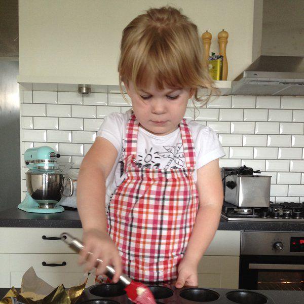 Samen met je kind bramen plukken en er daarna deze bramen taartjes van maken. Samen bakken, samen smullen met dit recept.