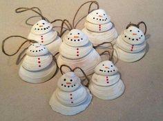 Turn those vacation clam shells into adorable snowmen ornaments! via: Re-Scape.com