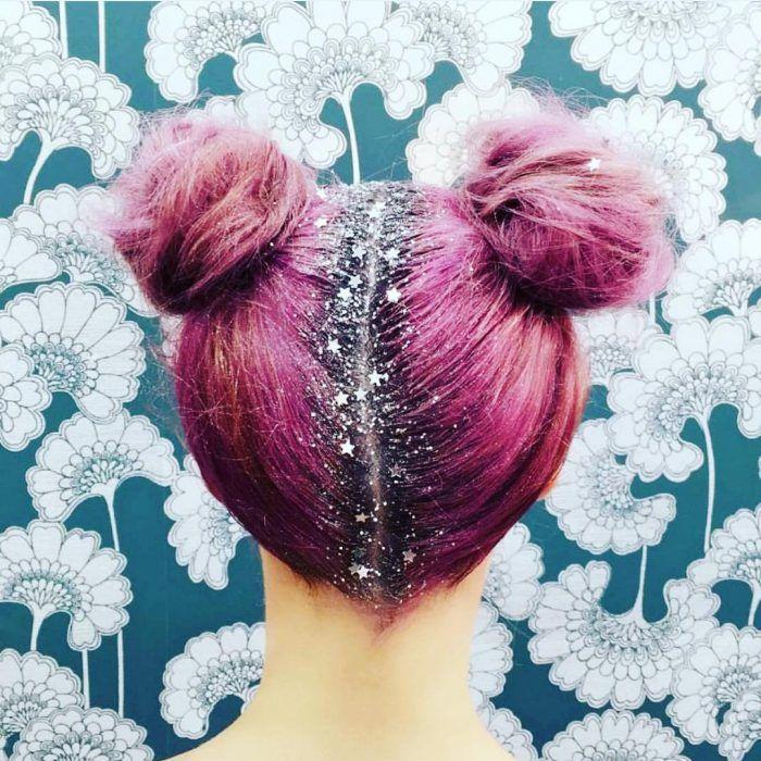 Chica con el cabello rosa y con brillos color plata en el cabello