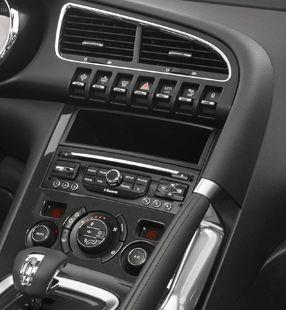 Instrumentbrädan på Peugeot 3008 HYbrid4 har reglage för luftkonditioneringen, ljud- och navigationssystemen. Den har även en vippkontakt och tryckknappar för att ställa in head-up-display-systemet.