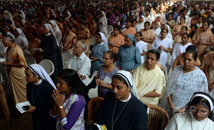 イエズス(Jesuit)会宣教師フランシスコ・ザビエル(Francis Xavier)の遺体を運ぶ行列が始まる前に、インド・ゴア(Goa)州のボム・ジーザス教会(Basilica of Bom Jesus)で行われたミサの参列者ら(2014年11月22日撮影)。(c)AFP/PUNIT PARANJPE ▼23Nov2014時事通信|10年ぶり、ザビエルの遺体公開=インド http://www.jiji.com/jc/zc?k=201411/2014112300019 #Francis_Xavier #Francisco_Javier #Francisco_de_Xavier #Frances_de_Jasso #Old_Goa ◆Francis Xavier - Wikipedia http://en.wikipedia.org/wiki/Francis_Xavier