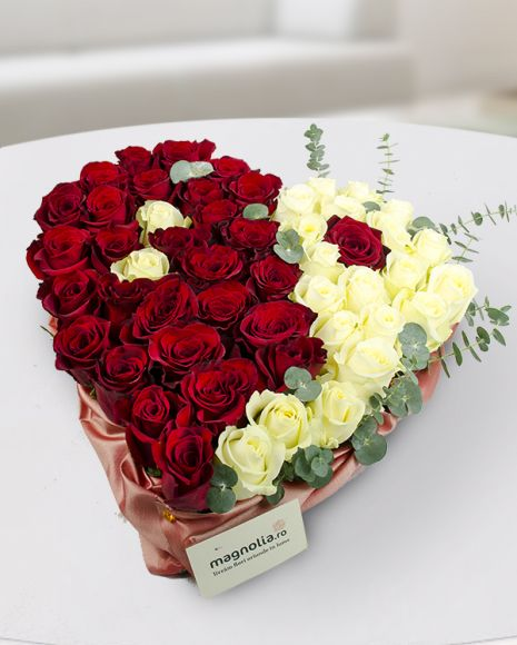 Heart shaped arrangement with red and white roses. If you want to show your loved one how much you love her, this is the perfect choice! Aranjament floral in forma de inima cu trandafiri rosii si albi. Daca vrei sa-i arati persoanei dragi cat de mult o iubesti, acesta poate fi un cadou ideal.
