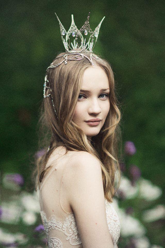 繊細で個性的なティアラにはゆる巻きのダウンヘアがぴったり♡ティアラを使った花嫁の上品な髪型                                                                                                                                                                                 もっと見る